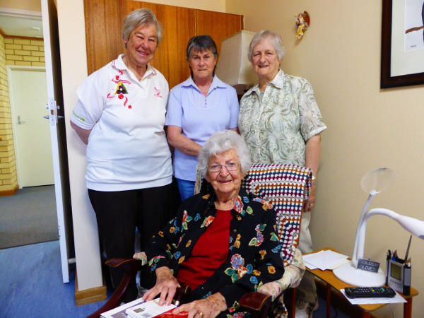 Eudunda Bowlers vist Wilma Duldig for her 100th Birthday